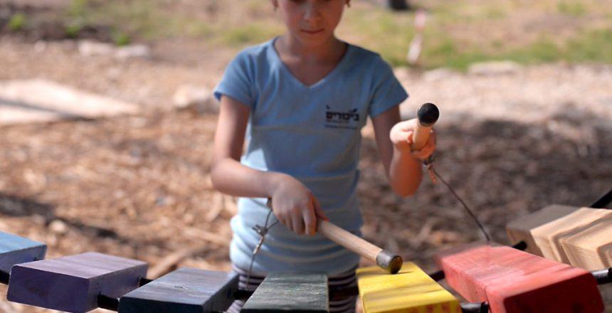 תלמידה מנגנת באמנדינדה מרחפת
